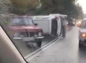Иномарка перевернулась на скользкой дороге в Сочи