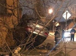 «BMW на дому»: в Краснодаре перевернувшийся «немец» разрушил кирпичный забор у частного дома