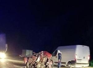 На Кубани водитель «семерки» после столкновения с КамАЗом, вылетел из салона, где был раздавлен фурой