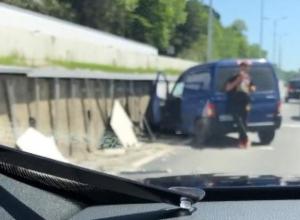 В Сочи уснувший за рулем водитель изуродовал новую подпорную стену