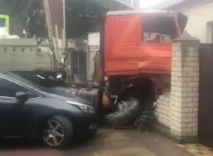 Грузовик без тормозов протаранил 4 машины и врезался в дом  в Геленджике