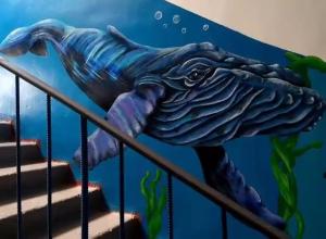 Три года художница из Армавира превращала подъезд в океанариум