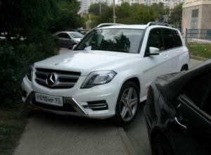 Я паркуюсь как хочу: Жителей Краснодара возмутил хам, бросивший дорогую машину на тротуаре