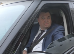 Краснодарский депутат-автомобилист «спрятался» за тонированными стеклами автомобиля