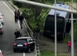 Автобус с детьми в Сочи протаранил легковушку и улетел в кювет