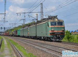 В Лабинском районе легковой автомобиль столкнулся с локомотивом