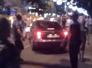 В Краснодаре водитель на автомобиле с красивым номером проехал по Красной, невзирая на толпу пешеходов