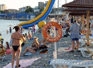 Бабушку-инвалида не пустили на пляж и парковку в Новороссийске