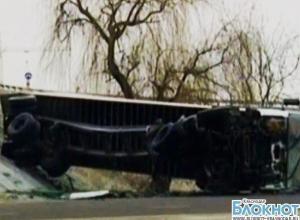 В Краснодаре фура, пробив ограждение, рухнула с моста