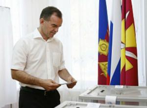 Губернатор Кубани приехал на участок для голосования вместе с семьей