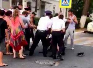 Депутата Госдумы возмутило задержание мужчин за лезгинку в Геленджике