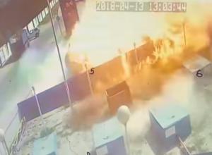 Показали взрыв после столкновения грузовика и цистерн газа на АЗС в Новороссийске