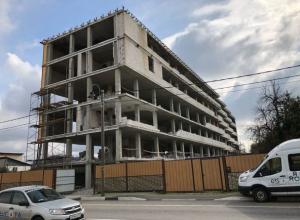 В Сочи начали сносить заселенный шестиэтажный самострой