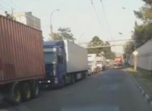 Новороссийцы в бешенстве: из-за укладки асфальта в городе произошел транспортный коллапс