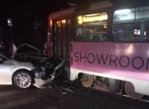 Трамвай и иномарка столкнулись в центре Краснодара