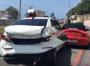 В Сочи массовую аварию с участием красного кабриолета и иномарок сняли на видео