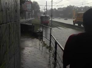 Трамваи опять встали из-за ливневого озера на Вишняковской в Краснодаре