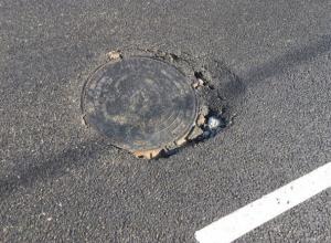 Люк на только что отремонтированной дороге в Краснодаре провалился