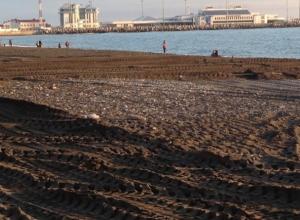 Пляж в Сочи «смыло» штормовыми волнами