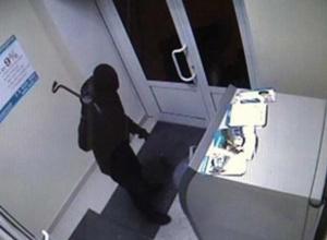 На Кубани трое мужчин вырвали банкомат из стены и похитили 2,2 млн рублей