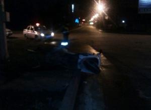 В Краснодаре водитель мопеда снес дорожный знак