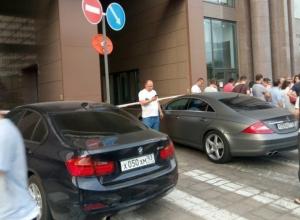Жильцы ЖК «Центральный» в Краснодаре элитными авто заблокировали въезд во двор