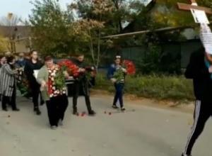На Кубани сотни человек пришли проститься со студентом и преподавателями, погибшими в бойне в Керчи