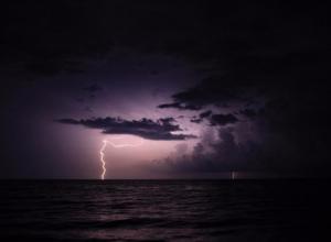 Волшебные фотографии грозы над Черным морем сделали в Сочи