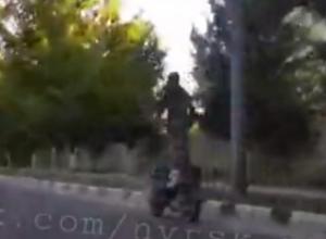 Мотоциклист-«каскадер» во время езды встал на спортбайк в Новороссийске