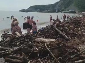 Коряги и мусор вместо песка: туапсинский пляж стал местом катастрофы после ливней