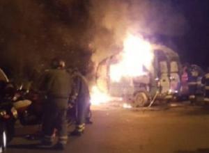 В Сочи загорелись три автомобиля: пламя перекинулось с грузовика