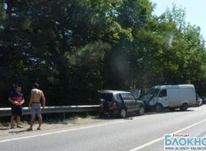 В Краснодарском крае легковушка столкнулась с двумя грузовыми автомобилями