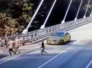 Появилась видеозапись, как в Сочи золотой «Мерседес» сбивает женщину, гнавшуюся за эффектным селфи