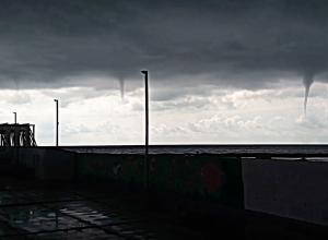 Сразу шесть смерчей над морем в Сочи сняли на видео