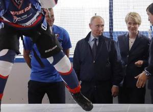 Путин вышел на лед с хоккеистами НХЛ в Сочи