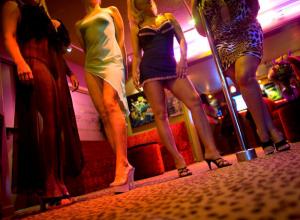В Сочи проститутки оказывали интимные услуги в гараже