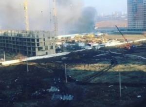 Пожар на стройке в Краснодаре взбудоражил очевидцев