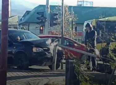 ДТП «Лады Калины» и «Приоры» закончилось «поцелуем» со светофором в Новороссийске