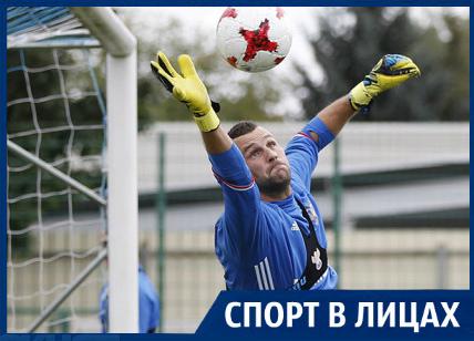 Вратарь «Краснодара» Андрей Синицын с пакетами на ногах играл в футбол в тридцатиградусный мороз