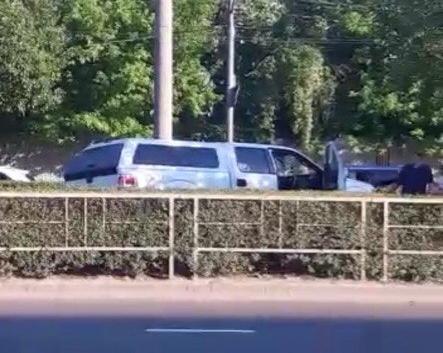 Иномарка снесла ограждения и оказалась на трамвайных путях в Краснодаре