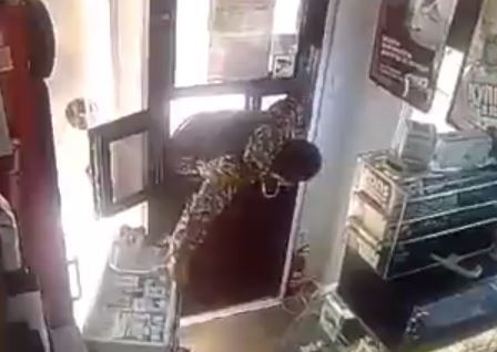 Обокравшие киоск через форточку подростки попали на видео в Краснодаре