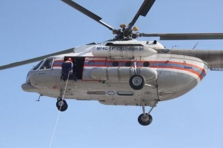 На поиск пропавших моряков с горящих судов в Керченском проливе направили вертолет из Геленджика