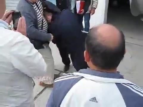 Притворившегося раненым от легкого толчка полицейского обсмеяла толпа в Геленджике