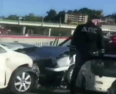 ВСочи шофёр грузового автомобиля врезался впост ДПС и умер