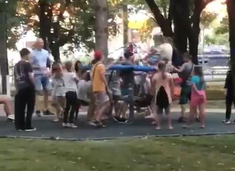 Власти Краснодара призвали ограничить число детей на новых качелях