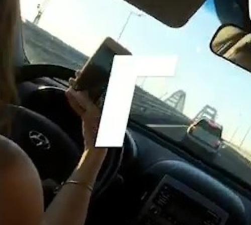 Видео: Любительница селфи врезалась в машину на Крымском мосту