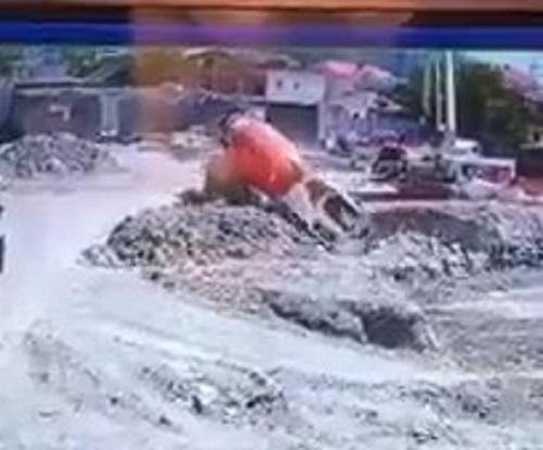 Грузовик рухнул в яму на стройке в Геленджике