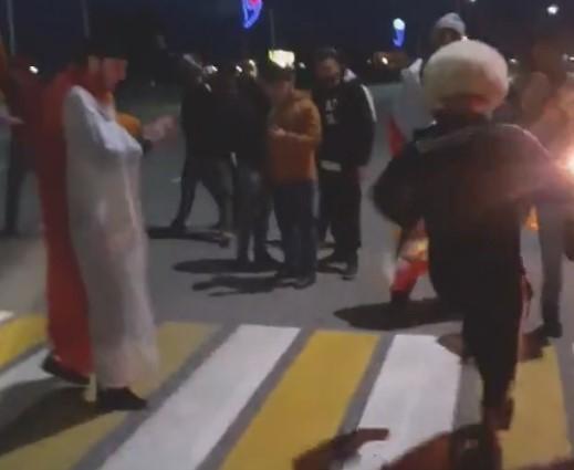 Перекрыли дорогу и станцевали лезгинку в честь победы российского боксера в Сочи