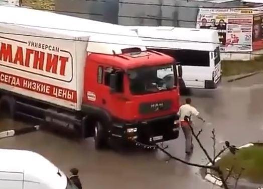 В 13-ом районе Новороссийска фура «Магнита» устроила транспортный коллапс