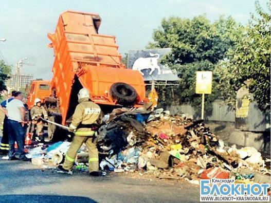 В Краснодаре из-за горящего мусоровоза образовалась пробка